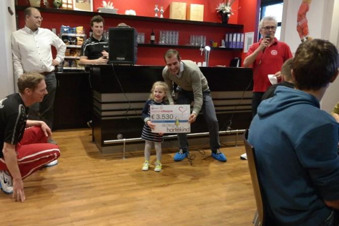 Uitreiking cheque aan Stichting Hartekind door Benthe Veenstra