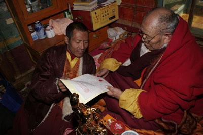 阿秋喇嘛遍智法王正在他認證三世多杰羌佛的認證書上蓋第二個指紋印。