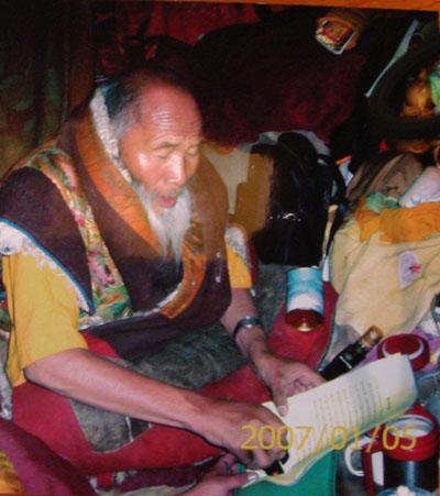阿旺班瑪南加法王正在他寫給三世多杰羌佛的祝賀信上蓋法王印。