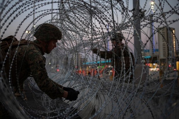 USA IMMIGRATION CARAVAN BORDER CROSSING BARBED WIRE