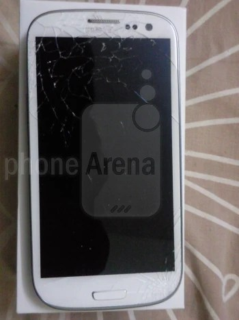 Samsung Galaxy S III meets gravity, Gorilla Glass 2 display suffers the consequences