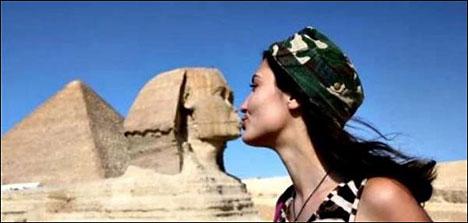top 10 funny tourist snapshots egypt sphinx kiss