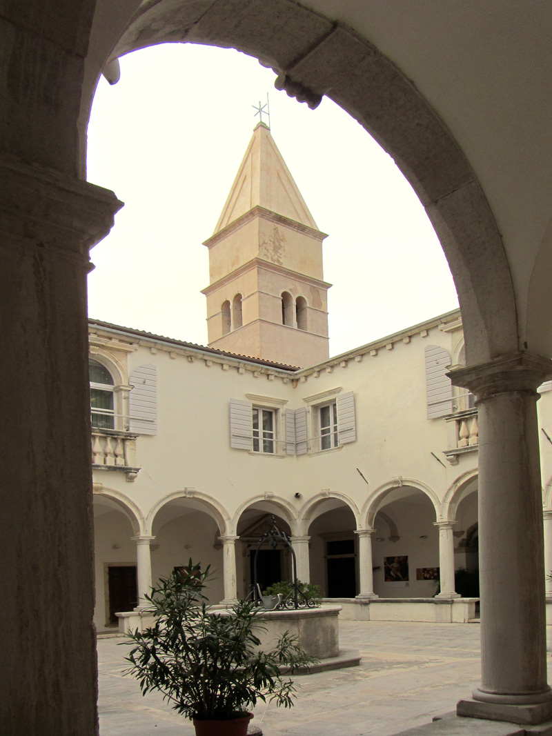 Church of St. Franciscus, Piran. Inner courtyard. Photo by Chili.