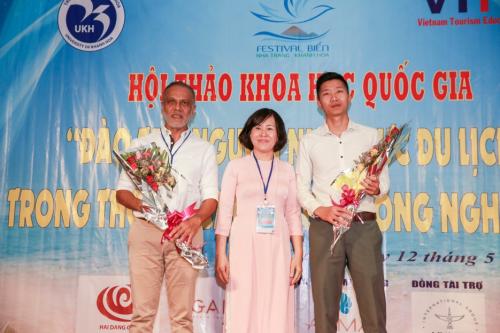 Tổng Giám Đốc Công ty Alma (bên trái) tại lễ khai mạc Hội thảo Khoa học Quốc gia.