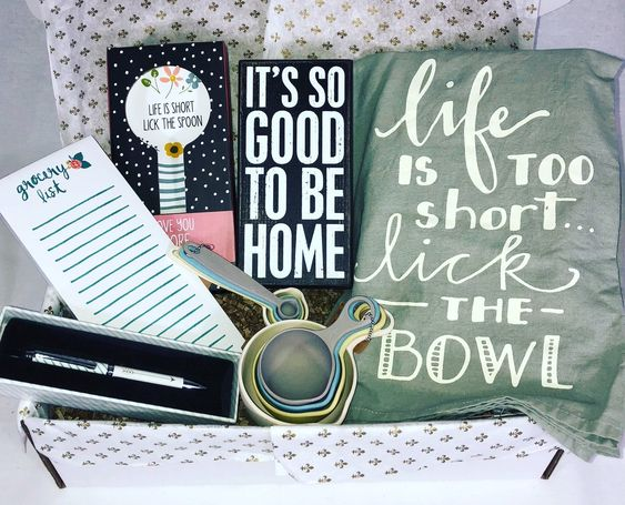 Life is short, lick the bowl...and the spoon! Perfect housewarming gift!#roundtuitgifts #housewarming #gifts #giftboxes #giftbaskets #giftideas #BeTheReasonSomeoneSmilesToday #bethereason #KindnessMatters #randomactsofkindnesspic.twitter.com/tOWfKbNAwP