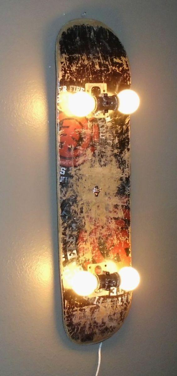 decoracion de pared, lampara de monopatin con bombillas en vez de ruedas