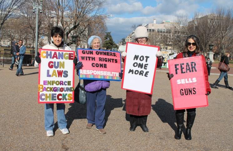 אנשים מפגינים בעד הגבלות על כלי הנשק