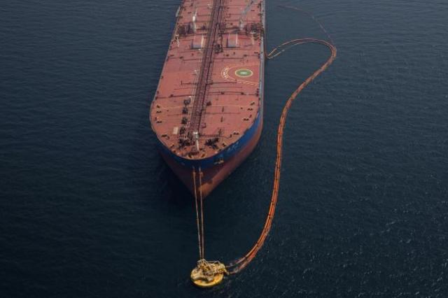 © Bloomberg. Pipes feed crude oil to the 'Xin Run Yang' oil tanker, operated by Cosco Shipping Holdings Co., during loading operations near the Ras Tanura oil refinery, in Res Tanura, Saudi Arabia, on Wednesday, Oct. 3, 2018. Saudi Arabia is seeking to transform its crude-dependent economy by developing new industries, and is pushing into petrochemicals as a way to earn more from its energy deposits. Photographer: Simon Dawson/Bloomberg
