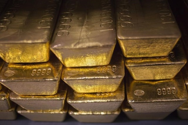 © Reuters.  PRECIOUS-Gold slips from 1-month peak on Sino-U.S. trade talk hopes