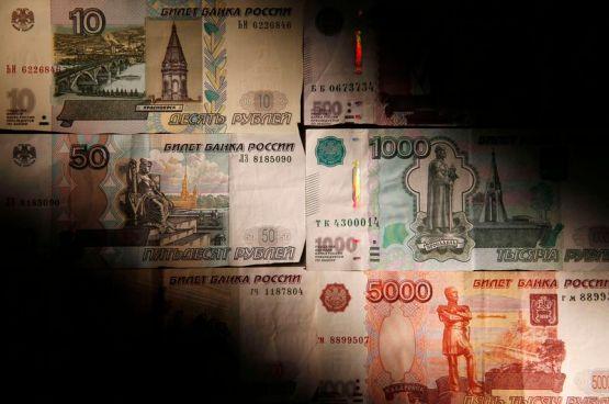 © Reuters.  Доллар пробил 56 рублей, вероятность снижения ставки ЦБ на 50 б.п. возросла