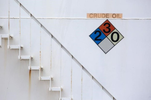 © Reuters. Oil Prices Edge Lower Ahead Of U.S. Inventory Data