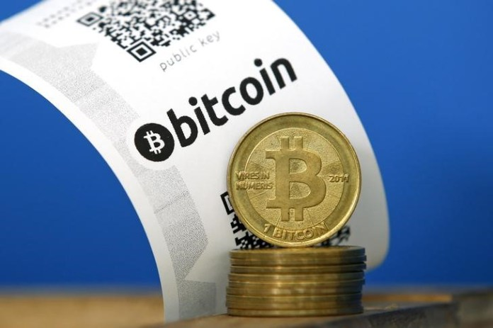© Reuters.  Bitcoin inched forward on Friday.