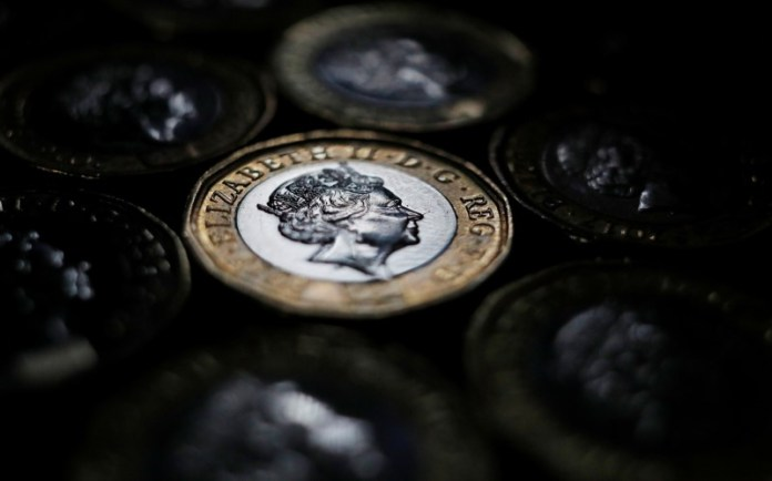 © Reuters. Sterling touches day's lows after UK inflation data