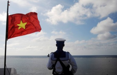 © Reuters. FILE PHOTO: A Vietnamese naval soldier stands quard at Thuyen Chai island in the Spratly archipelago