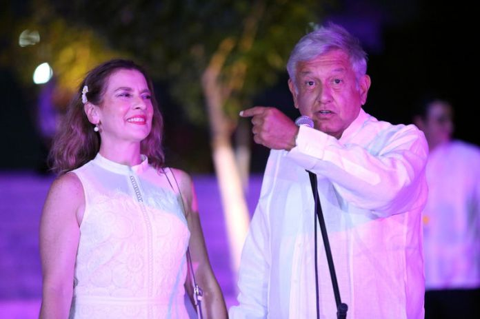 © Reuters. Leftist front-runner Andres Manuel Lopez Obrador of the National Regeneration Movement (MORENA), accompanied by his wife Beatriz Gutierrez Muller, delivers a message after arriving at the third and final debate in Merida