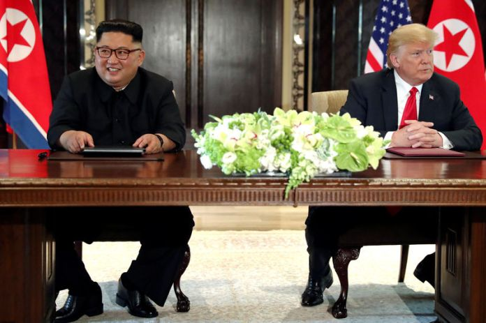 © Reuters. U.S. President Trump and North Korea's Kim hold a signing ceremony at the conclusion of their summit in Singapore