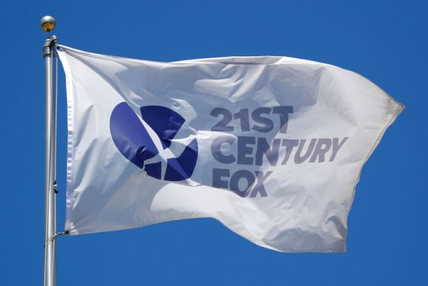 © Reuters. A company flag flutters over Fox Studios in Los Angeles