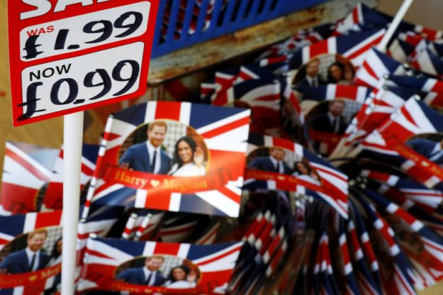 © Reuters. Harry and Meghan Royal wedding themed Union Flags are sold at at a discount at a souvenir shop in Windsor