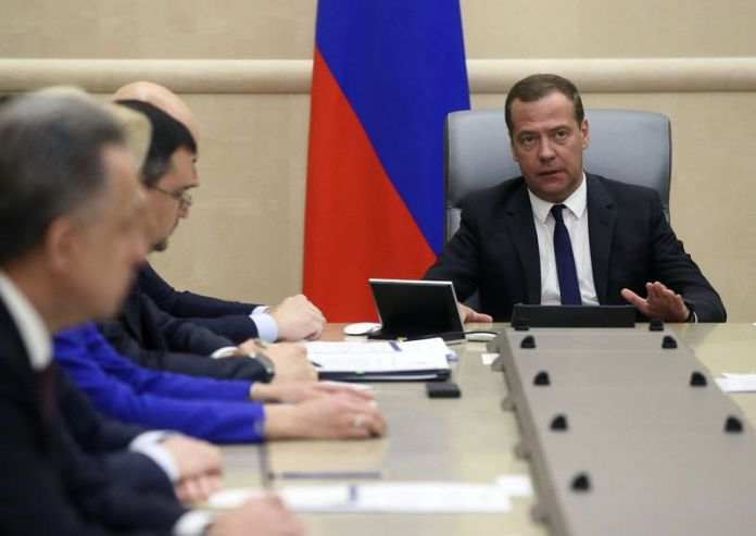 © Reuters. Russian PM Medvedev chairs a meeting with his deputies in Moscow