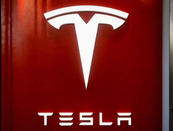 © Reuters. FILE PHOTO: The Tesla logo is seen at the entrance to Tesla Motors' new showroom in Manhattan's Meatpacking District in New York City