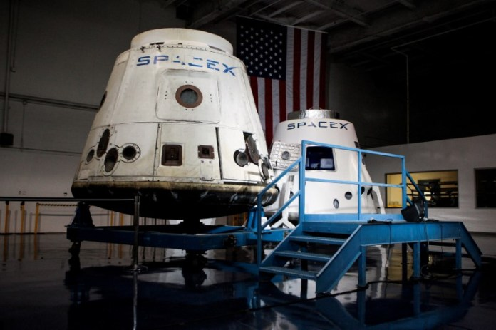 © Reuters. FILE PHOTO: SpaceX spacecrafts the Dragon and the DragonRider sit on display at the SpaceX facility in Hawthorne
