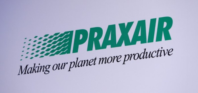 © Reuters. The Praxair logo is seen during a news conference in Munich