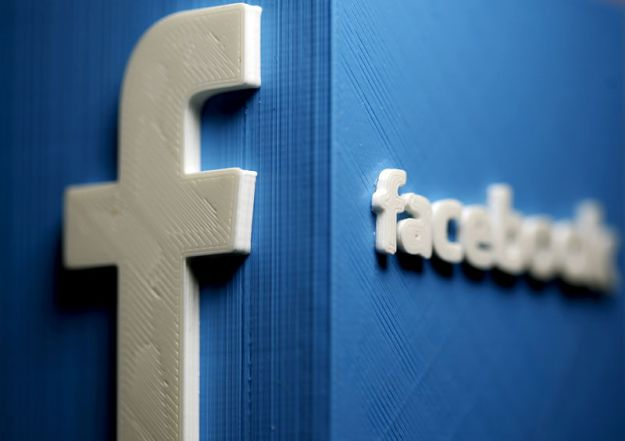 © Reuters. FILE PHOTO: A 3D plastic representation of the Facebook logo is seen in this illustration in Zenica