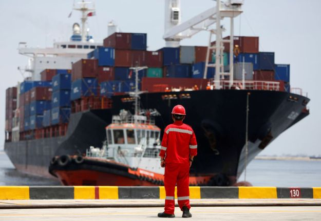 © Reuters. FILE PHOTO: A port worker watches as a ship leaves the New Priok Container Terminal 1 in North Jakarta