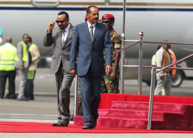 © Reuters. Eritrea's President Isaias Afwerki is welcomed by Ethiopian Prime Minister Abiy Ahmed upon arriving for a three-day visit, at the Bole international airport in Addis Ababa