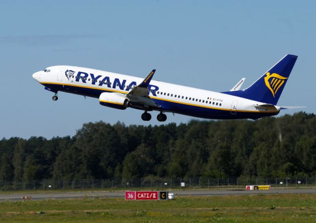 © Reuters. FILE PHOTO: Ryanair Boeing 737-800 aircraft takes off in Riga International Airport