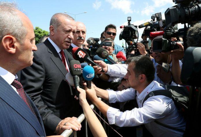© Reuters. Turkish President Erdogan talks to media in the Black Sea city of Ordu
