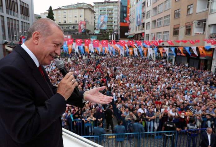 © Reuters. Turkish President Erdogan addresses his supporters in Rize