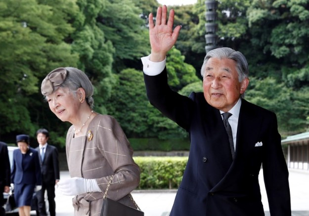 © Reuters. FILE PHOTO: Japan's Emperor Akihito (R) and Empress Michiko arrive at the Imperial Palace before welcoming Vietnam's President Tran Dai Quang and his wife Nguyen Thi Hien in Tokyo