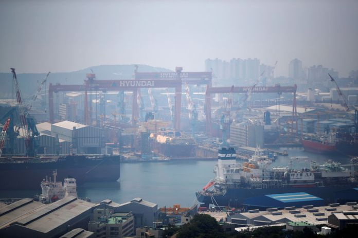© Reuters. Giant cranes of Hyundai Heavy Industries are seen in Ulsan