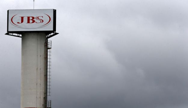 © Reuters. FILE PHOTO: The logo of Brazilian meatpacker JBS SA is seen in the unit in the city of Jundiai
