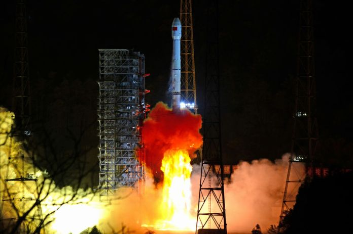 © Reuters. Long March-3B rocket carrying Chang'e 4 lunar probe takes off from the Xichang Satellite Launch Center