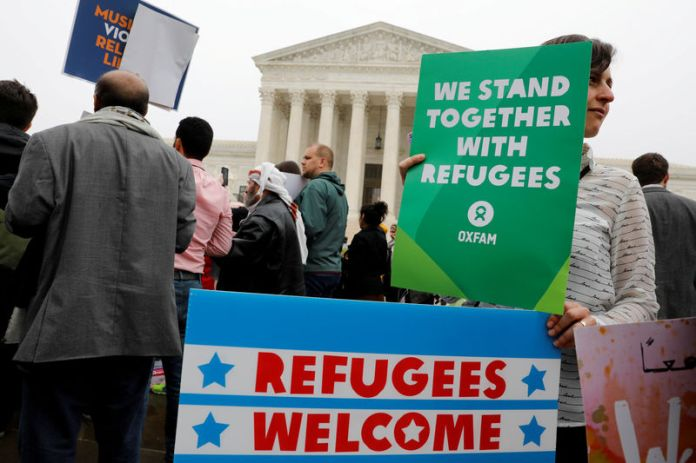 © Reuters. Protesters gather outside the U.S. Supreme Court in Washington