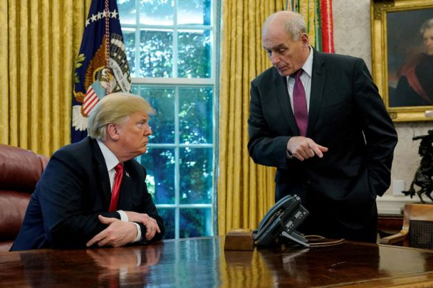 © Reuters. FILE PHOTO: U.S. President Trump speaks to Chief of Staff Kelly at the White House in Washington