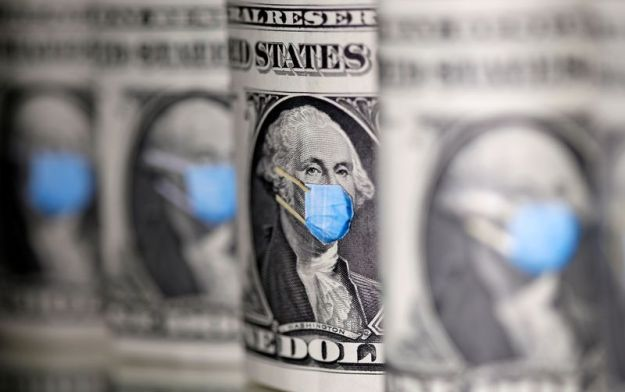 © Reuters. FILE PHOTO: George Washington is seen with printed medical mask on the one Dollar banknotes in this illustration taken