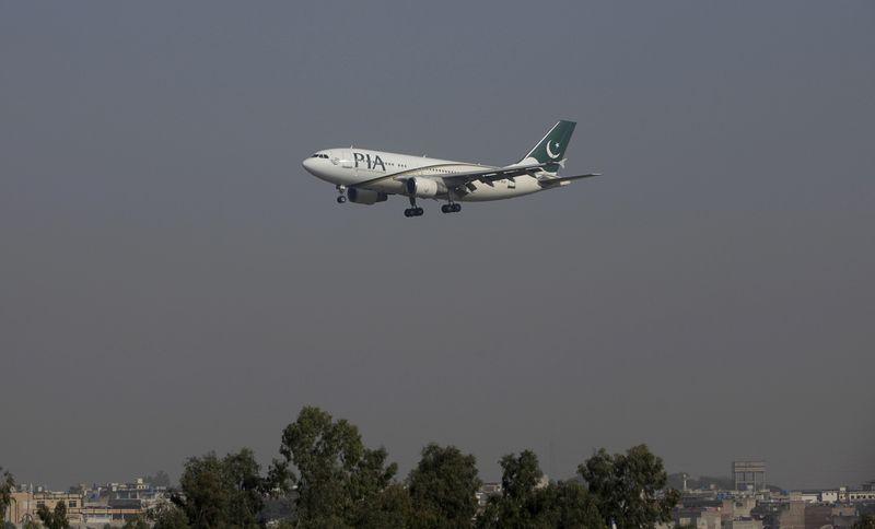 © Reuters. FILE PHOTO: A Pakistan International Airlines (PIA) passenger plane arrives at the Benazir International airport in Islamabad, Pakistan