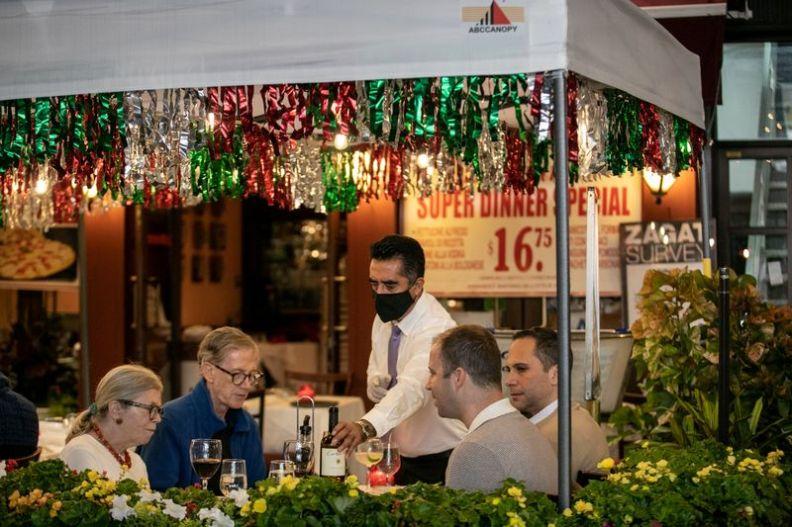 © Reuters. FILE PHOTO: People enjoy outdoor dining amid the coronavirus disease (COVID-19) outbreak in Manhattan