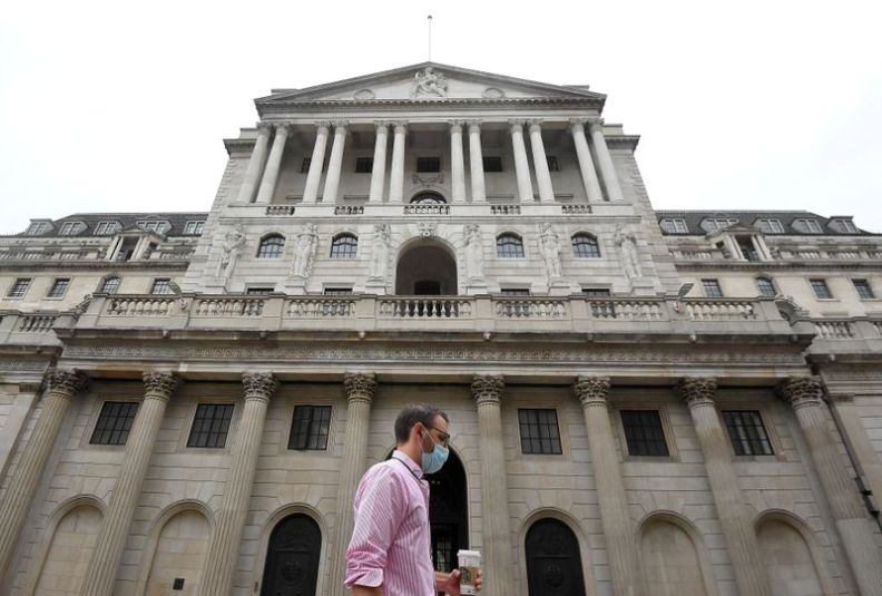 © Reuters. FILE PHOTO: The Bank of England is seen in the City of London, Britain