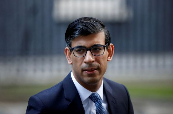 © Reuters. FILE PHOTO: Britain's Chancellor of the Exchequer Rishi Sunak leaves Downing Street, in London