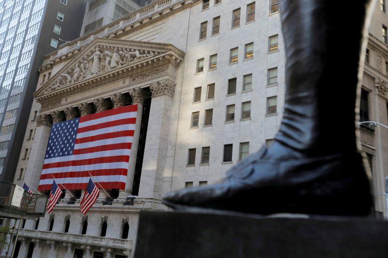 © Reuters. Lo stivale sulla statua di George Washington, il primo presidente degli Stati Uniti, di fronte alla Borsa di New York