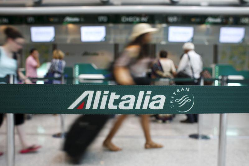 © Reuters. Logo Alitalia all'aeroporto di Fiumicino