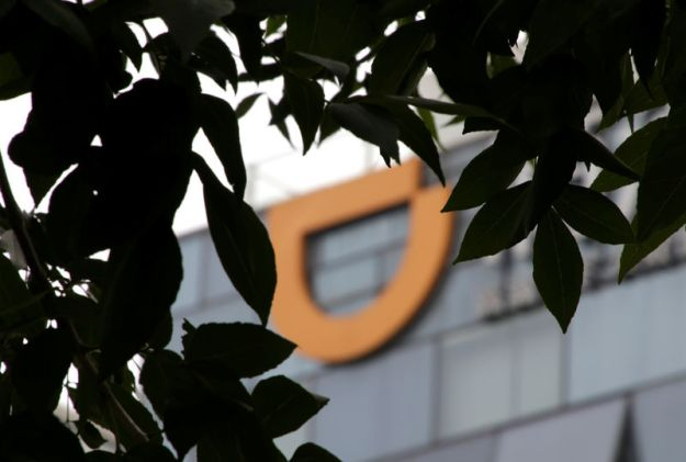 © Reuters. Logo of Didi Chuxing is seen at its headquarters building in Beijing