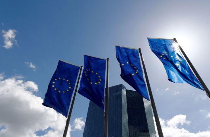 © Reuters. FILE PHOTO: European Union flags flutter outside the European Central Bank (ECB) headquarters in Frankfurt