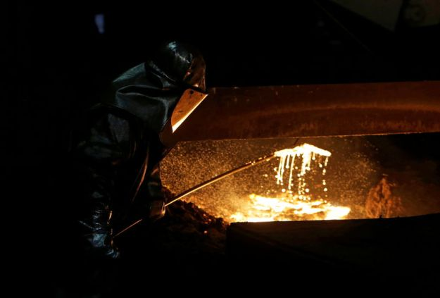 © Reuters. FILE PHOTO: A worker processes liquid iron at an ArcelorMittal steelworks in Ostrava