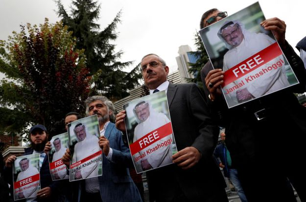 © Reuters. FILE PHOTO: Human rights activists and friends of Saudi journalist Khashoggi hold his pictures during a protest outside the Saudi Consulate in Istanbul