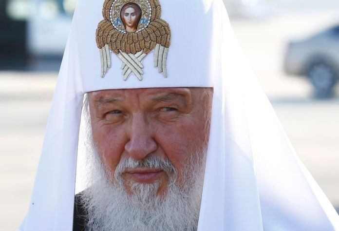 © Reuters. Russian Orthodox Patriarch Kirill attends a welcoming ceremony after arriving at Minsk National Airport